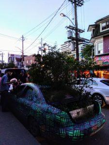 La fameuse voiture recouverte de graffitis et de verdure.