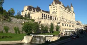 Poste d'éclusage d'Ottawa avec le Chateau Laurier
